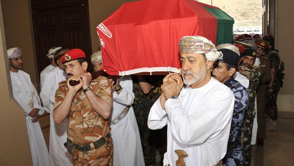 Haitham bin Tarik al Said, neuer Herrscher von Oman, trägt den Sarg des Sultans Kabus: Trauer um einen beliebten Staatsmann