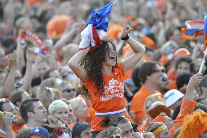 Niederländische Fans (nach Halbfinalsieg gegen Uruguay): Alkoholverbot wegen Krawallen