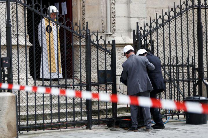 Bischof Patrick Chauvet, Direktor von Notre-Dame, empfängt Gläubige für die erste Messe seit dem Brand
