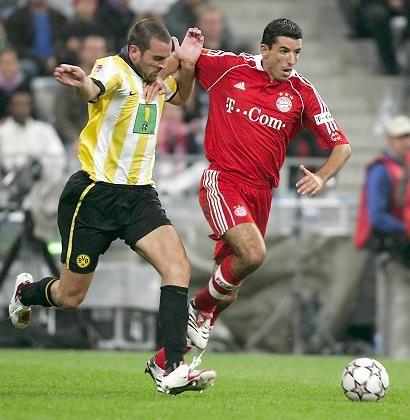 Auftaktduell zur 44. Bundesliga-Saison: Bayerns Roy Makaay (r.), hier im Zweikampf mit Dortmunds Christoph Metzelder, erzielte das erste Tor der Spielzeit