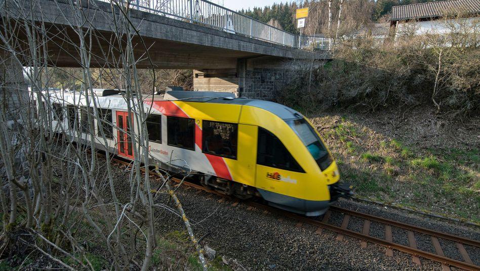 Bad Berleburg in Nordrhein-Westfalen: Ein Zug der Hessischen Landesbahn passiert eine Brücke (Symbolbild)