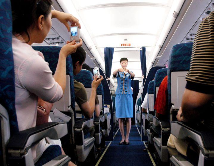 Gleich geht's los: Stewardess bei der Sicherheitseinführung