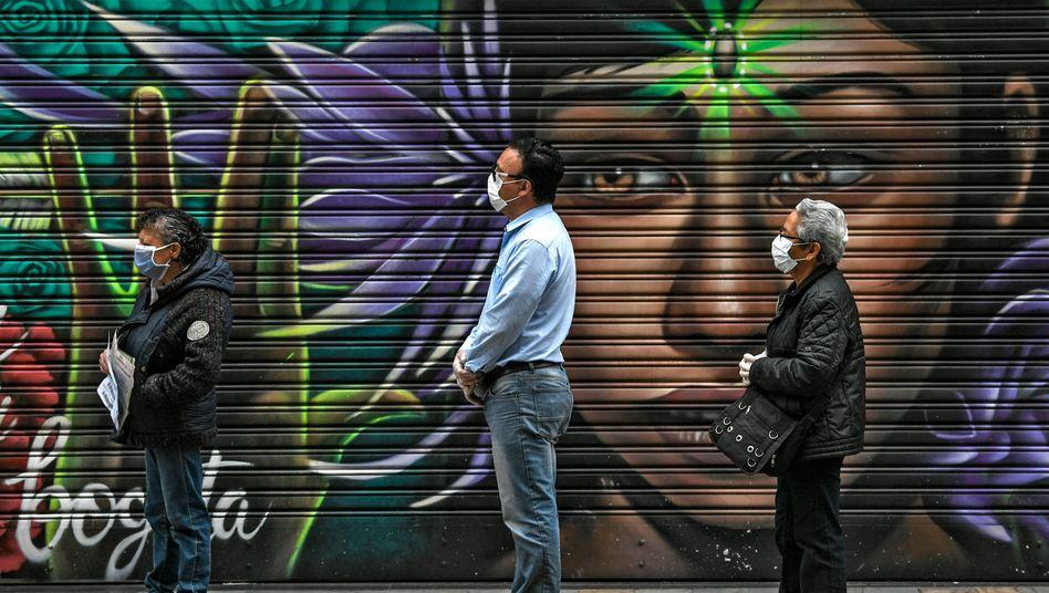 Menschen mit Gesichtsmasken in Bogota