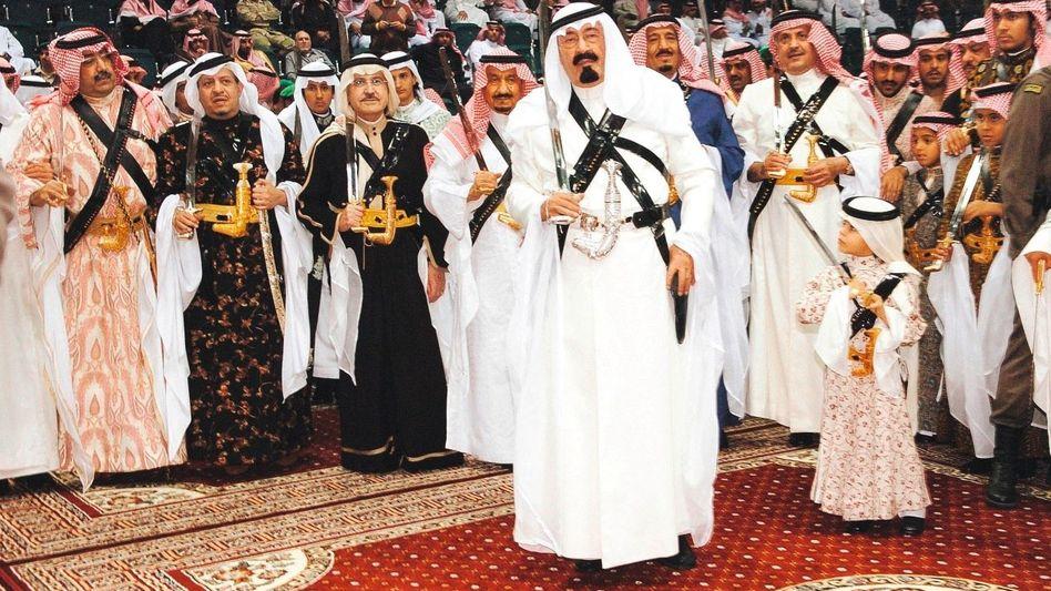 Kronprinz Abdullah, der jetzige König, beim traditionellen Beduinentanz, umgeben von seiner großen Familie, März 2005
