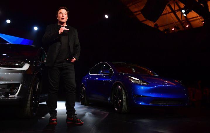 Tesla-Chef Musk mit dem Tesla Model Y