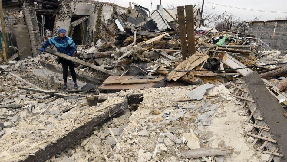 """Frau in den Trümmern ihres Hauses im umkämpften Donezk:""""Einige EU-Staaten waren nicht zum Signal bereit"""""""