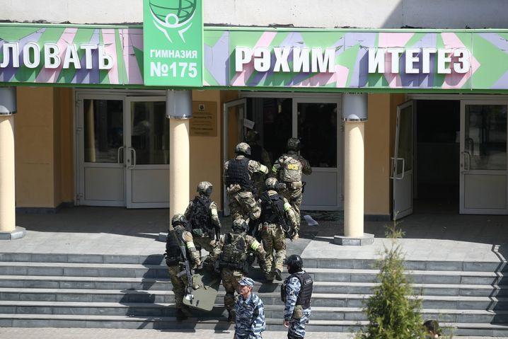 FSB-Kräfte betreten die Schule: Die Lage war unübersichtlich