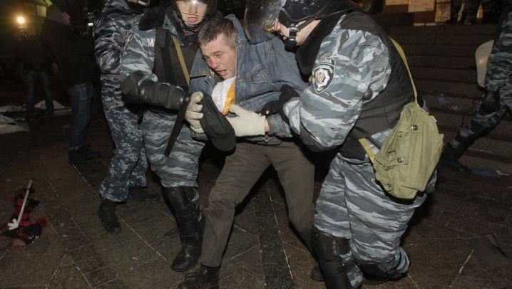Protest in Kiew: Mit Schlagstöcken gegen Demonstranten