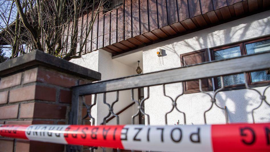 Polizeiabsperrung am Tatort in Starnberg am 13. Januar: Eltern und Sohn sind tot