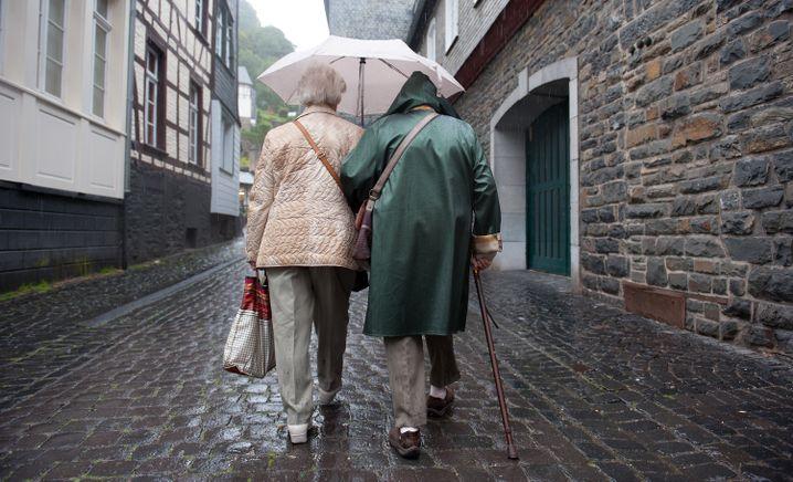 Seniorinnen bei Spaziergang: Weniger OPs für Ältere, weil es oft nicht sinnvoll ist?