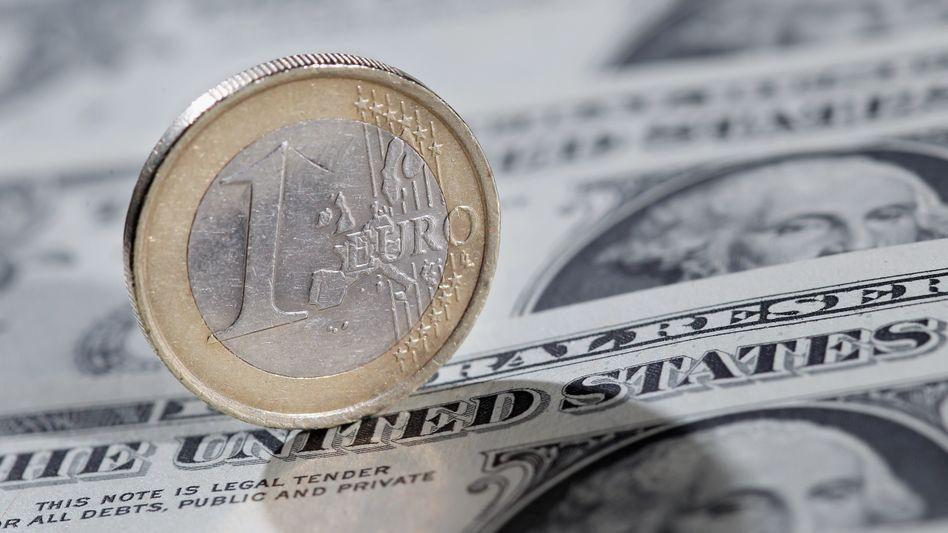 Euro-Münze auf Dollar-Noten: Gemeinschaftswährung auf Höhenflug