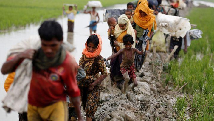 Rohingya in Myanmar: Durch den Schlamm nach Bangladesch