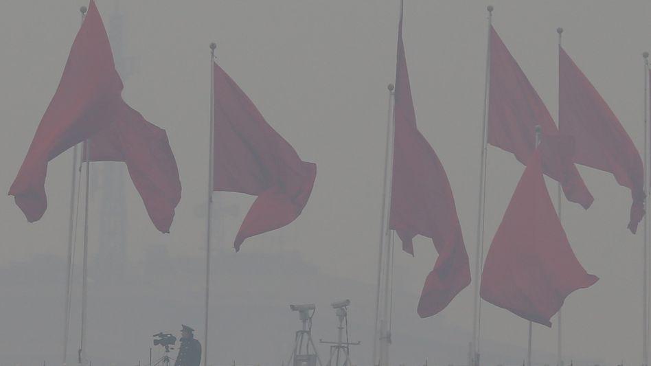 Nationalmuseum in Peking: Ein Polizist bewacht das Kongressgebäude in dichtem Smog
