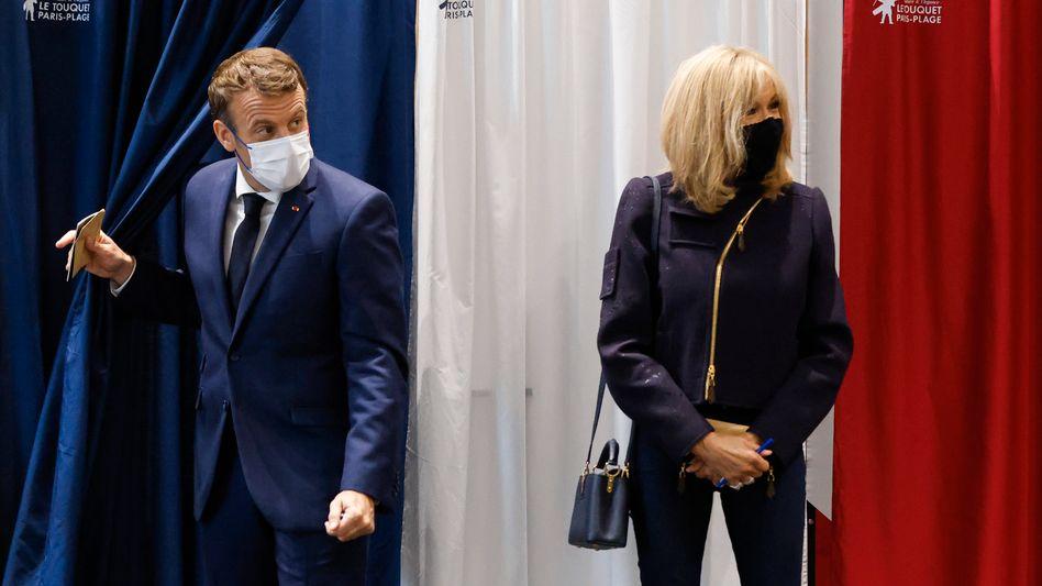 Emmanuel Macron und seine Frau verlassen die Wahlkabine: Stimmungstest vor der Präsidentenwahl im Frühjahr