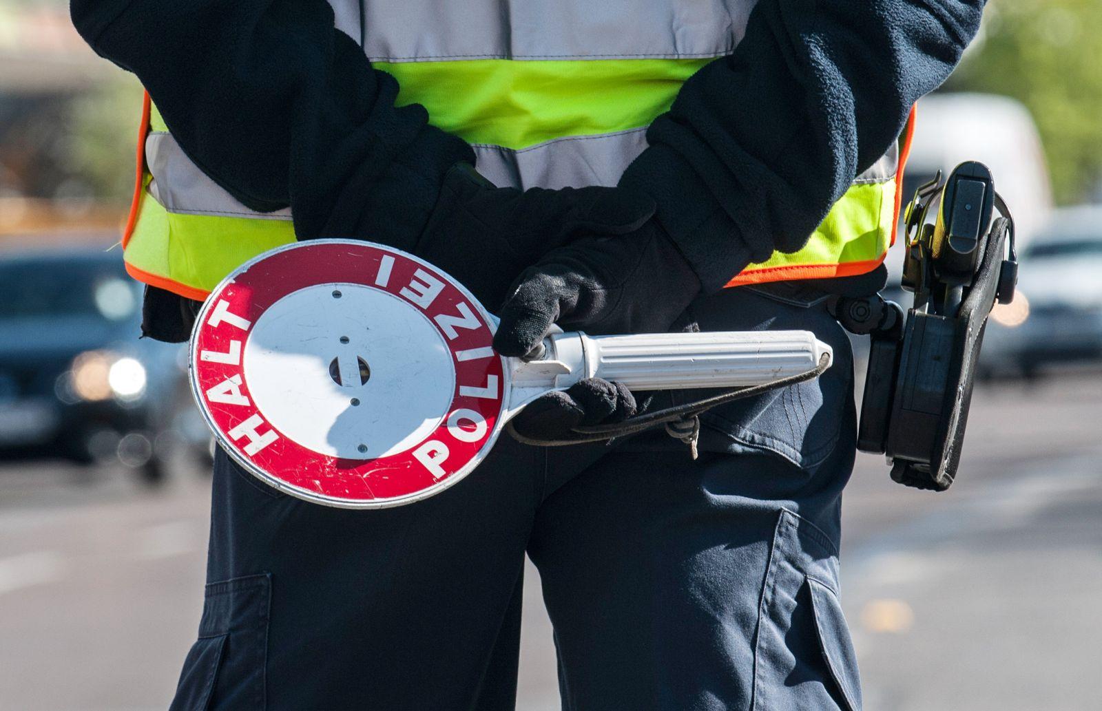 Polizeibeamter mit Kelle