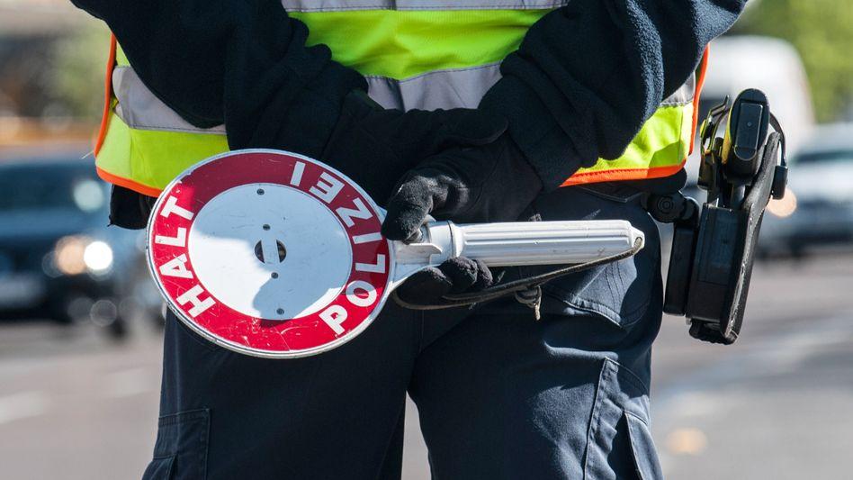 """Polizisten fühlen sich durch Anstecker mit der Aufschrift """"Fck Cps"""" beleidigt"""