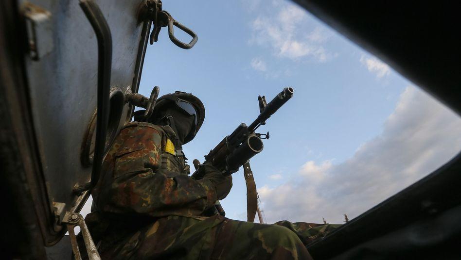 Ukrainischer Fallschirmjäger nahe Donezk: Wieder Kämpfe um einen strategisch wichtigen Flughafen
