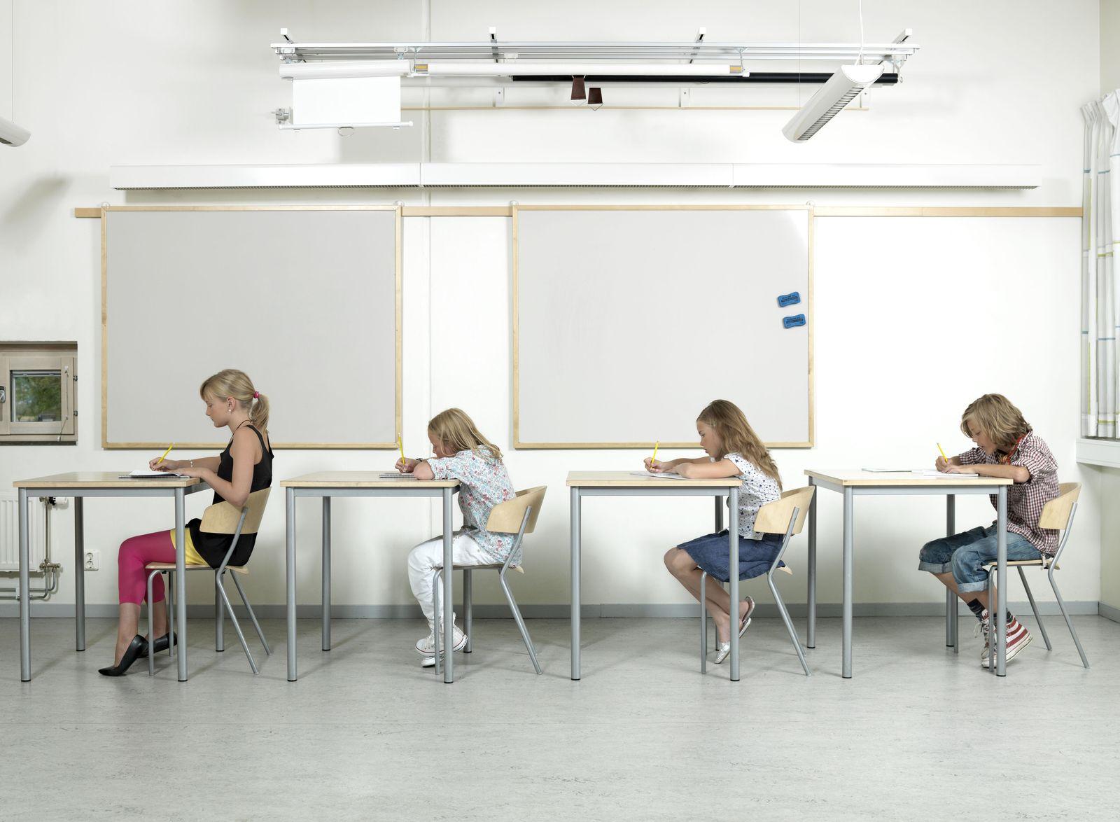 Schülerinnen im Klassenraum/ Schweden/ Göteborg