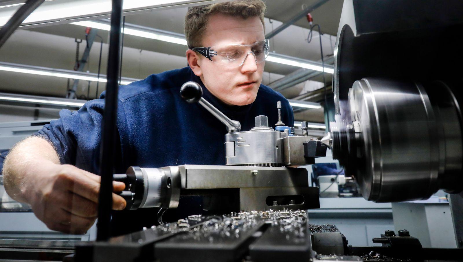 12.02.2020, Remscheid, Nordrhein-Westfalen, Deutschland - Auszubildende in Metallberufen, hier an einer Werkzeugmaschine