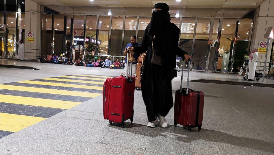 Eine Saudi-Araberin am Flughafen King Fahd in Dammam
