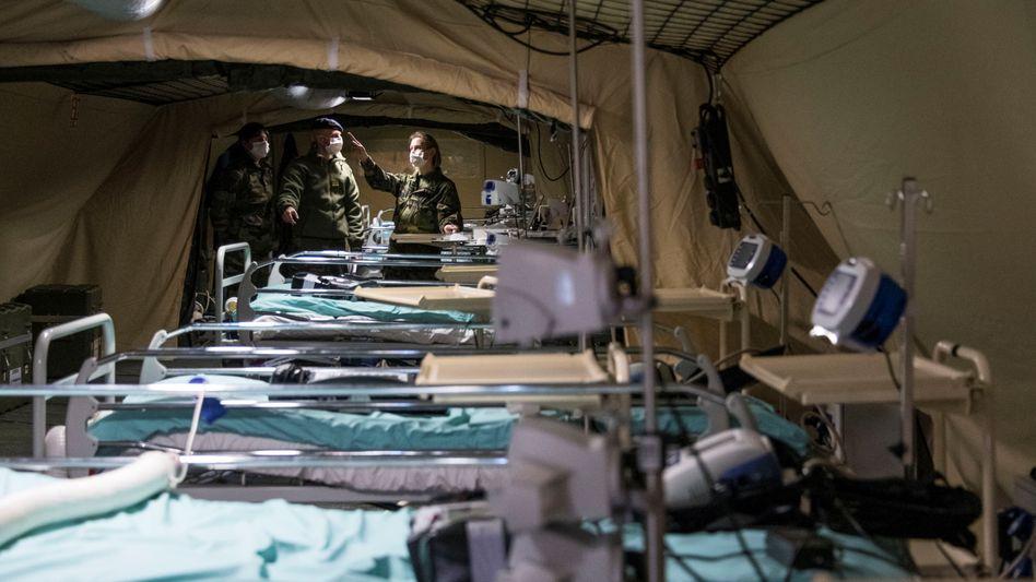 Feldlazarett in Mulhouse: Die Coronakrise traf zunächst vor allem den Osten Frankreichs, nun breitet sich das Virus aus