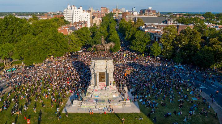 """Protest an den der Statue von Robert E. Lee in Richmond: """"Reißt sie ab"""", rief die Menge"""