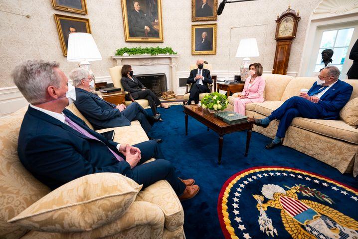 Joe Biden (3. v. r.) beim Treffen führenden Politikern der Demokraten und Republikaner