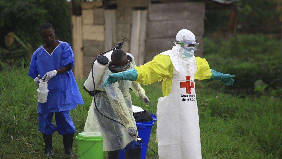 Desinfektion eines Helfers, Aufnahme von Anfang September