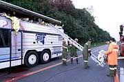 Rettungskräfte beim Einsatz am verunglückten Reisebus