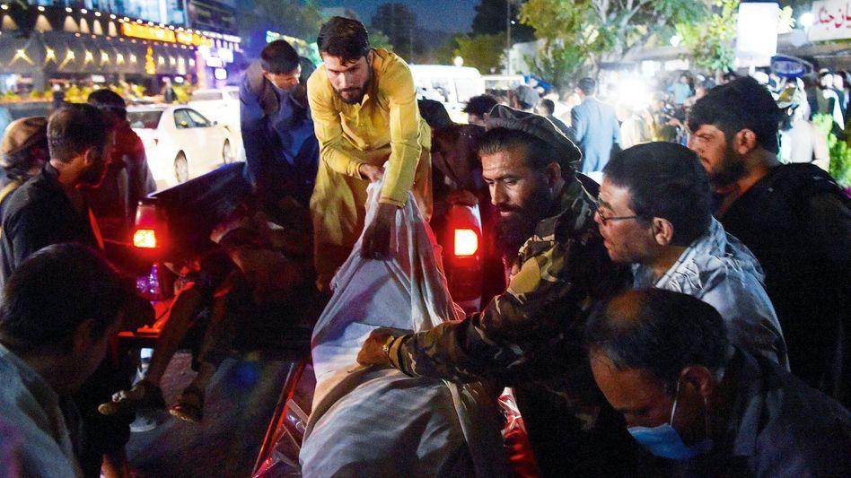 Opfer des Anschlags am Flughafen Kabul am Donnerstag: Die Verbündeten müssen vorher draußen sein
