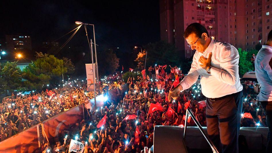 Ekrem Imamoglu lässt sich von seinen Anhängern in Istanbul feiern