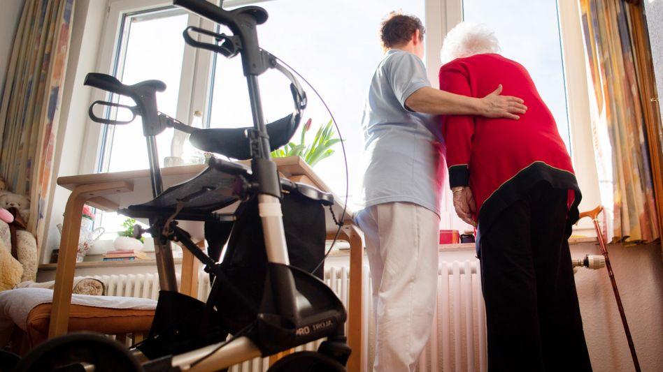 Altenpflegerin, Bewohnerin in Pflegeheim