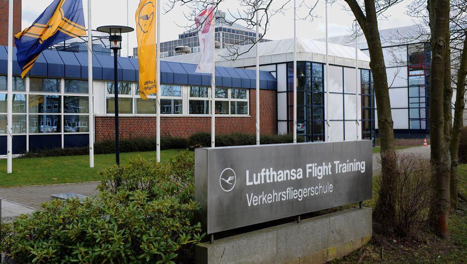 Die Fahnen vor der Vielfliegerschule der Lufthansa in Bremen wehen auf halbmast