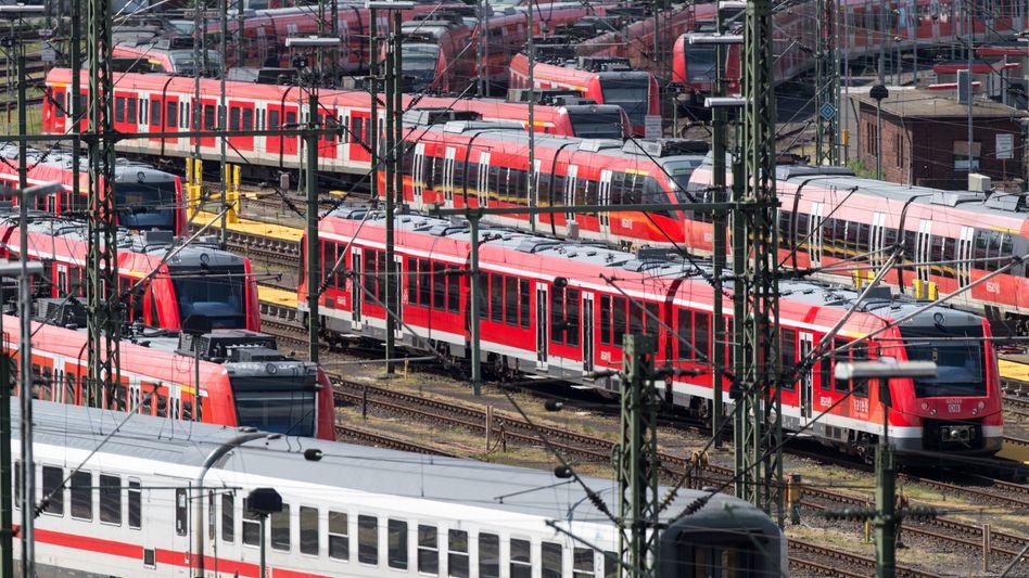 Züge der Deutschen Bahn in Köln: Erhebliche Wettbewerbsdefizite