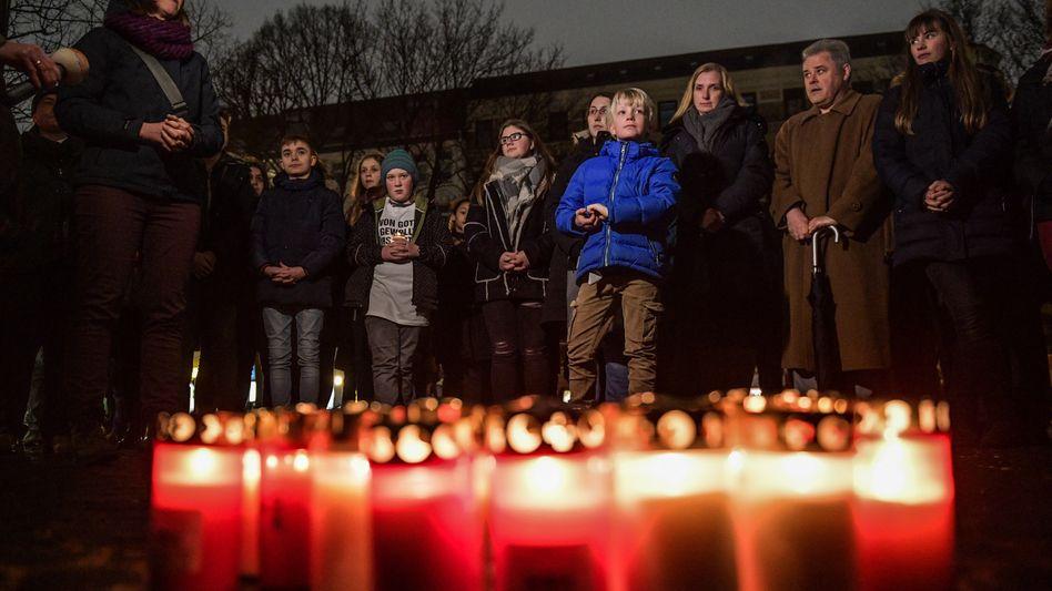 Eltern und Kinder demonstrieren in Hamburg gegen Schulschließungen