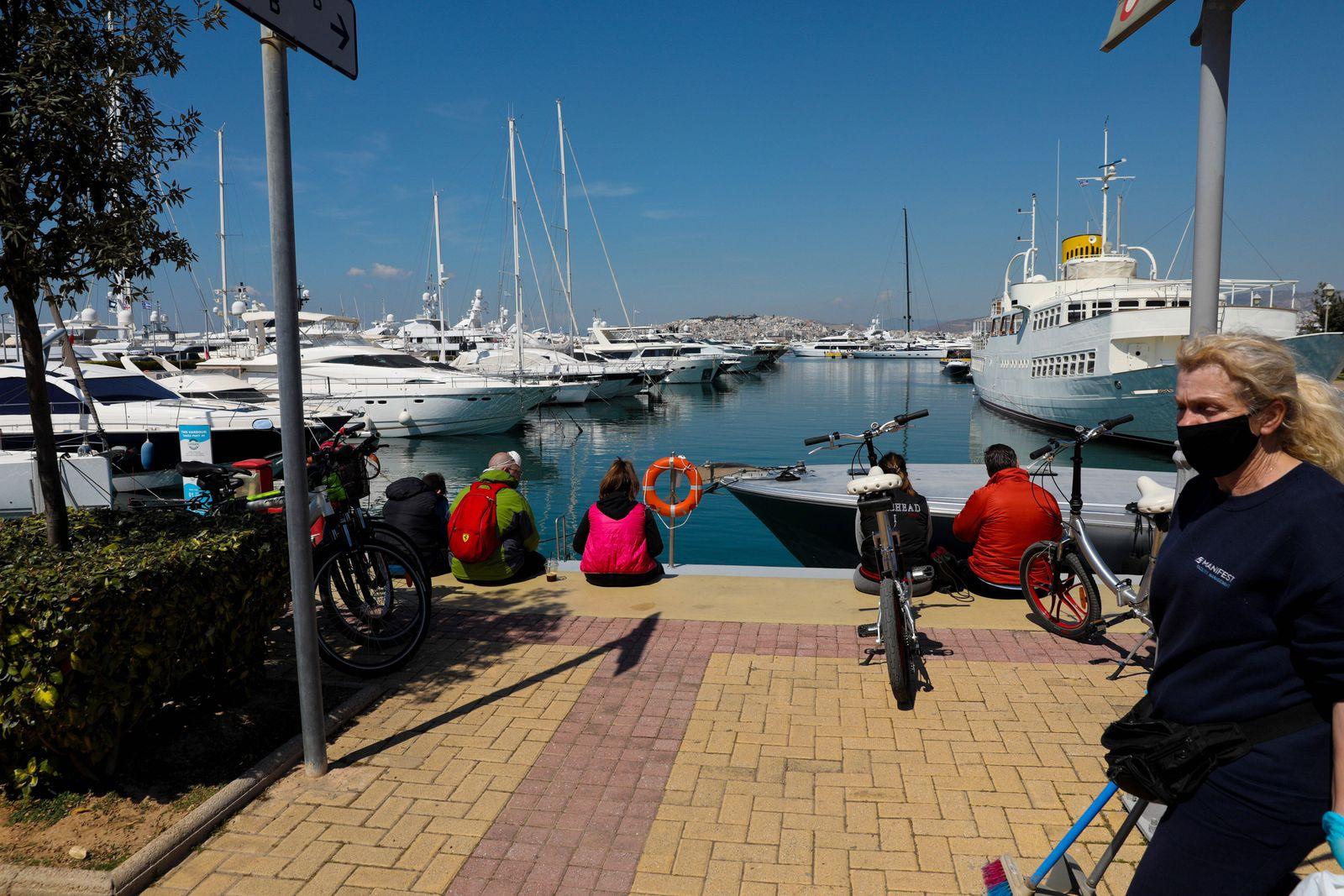 Athen, Griechenland - Sonnenwetter und die warmen Temperaturen locken die Athener in Scharen an die Küste, Momentaufnah