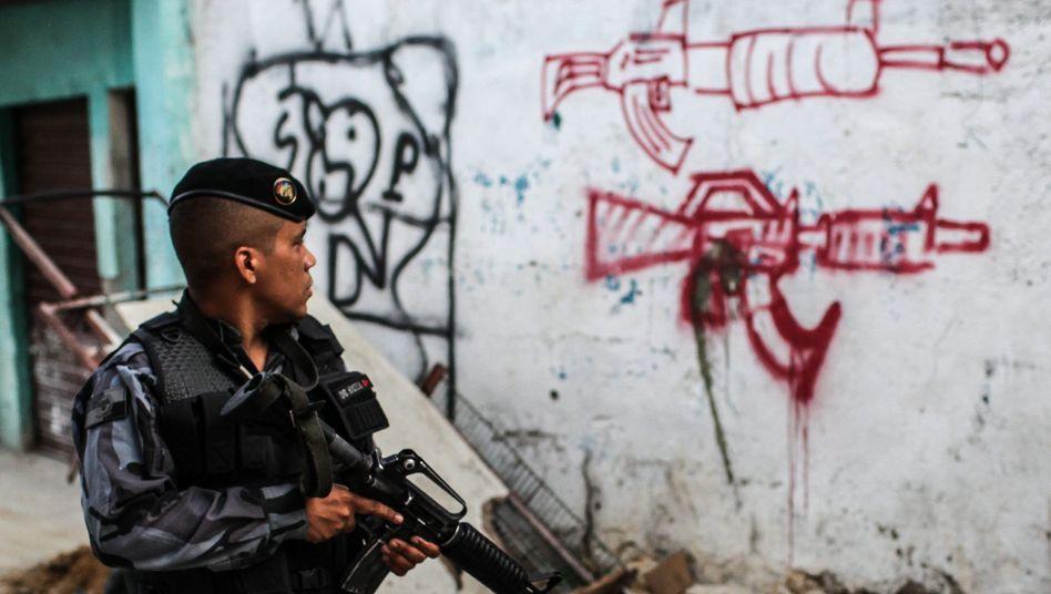 Polizist in einem Armutsviertel westliche von Rio: Ruf nach Hilfe