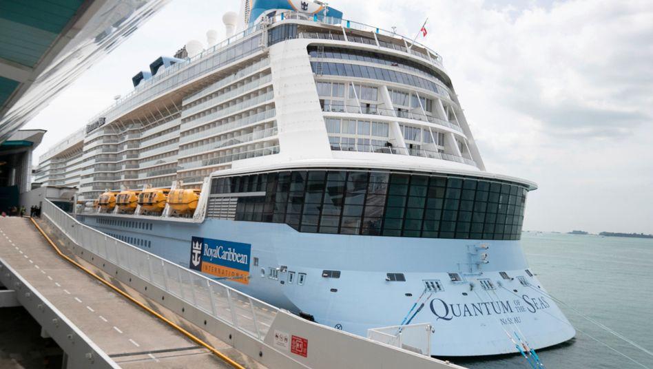 Singapur: Das Kreuzfahrtschiff »Quantum of the Seas« im Marina Bay Cruise Center