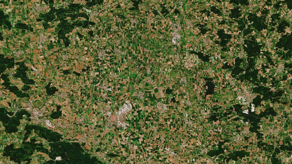 Kreisrund angelegte Stadt Nördlingen (unten links) im Nördlinger Ries