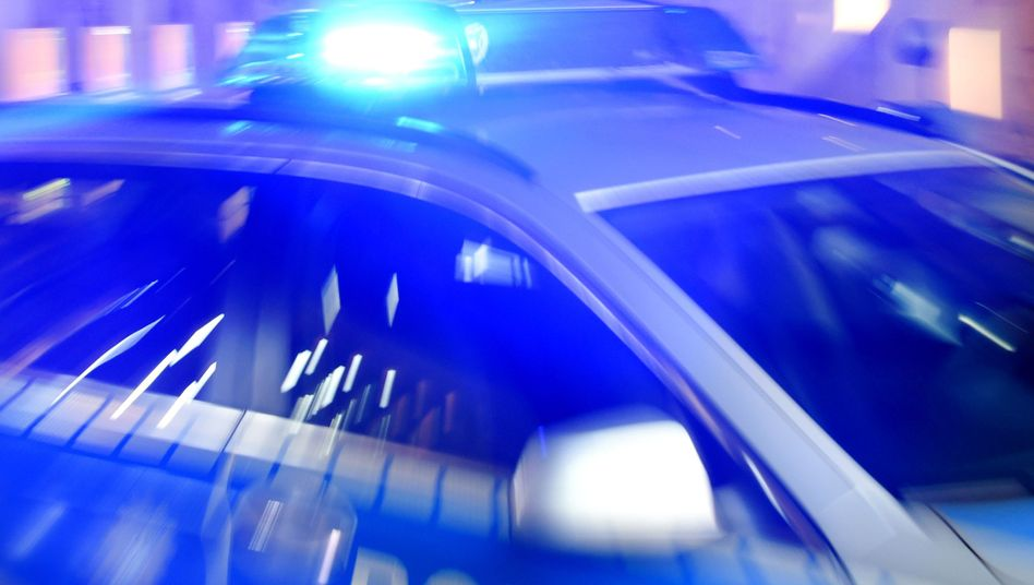 Ein Streifenwagen der Polizei steht mit eingeschaltetem Blaulicht auf der Straße (Symbolbild)