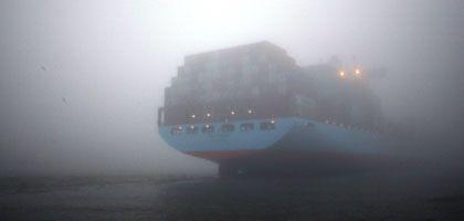 Containerschiff im Hamburger Hafen: Export bricht ein