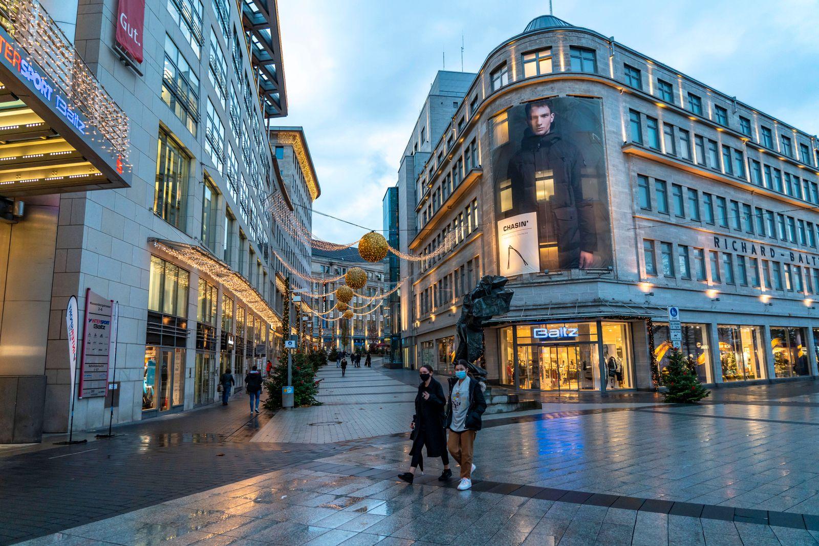 Die Innenstadt von Bochum, am Tag der Eröffnung der Weihnachts Lichtdekoration, normalerweise auch des Weihnachtsmarks,