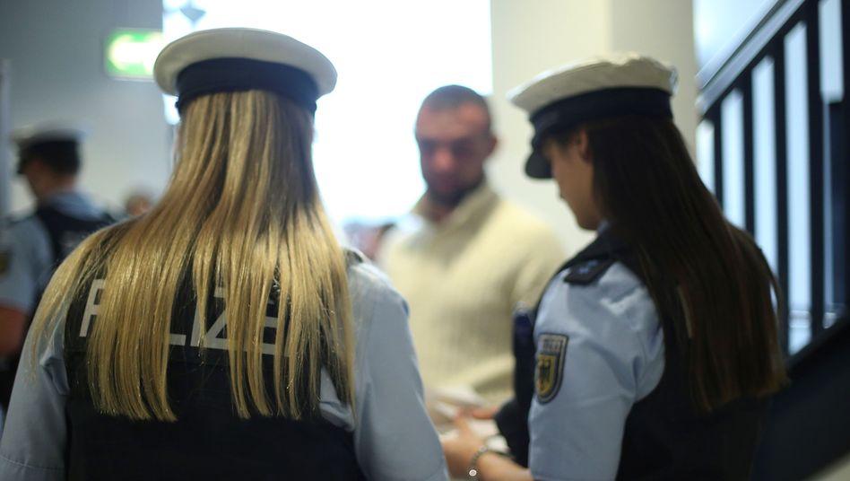 Bundespolizistinnen im Einsatz (Archivbild): Razzien im ganzen Land