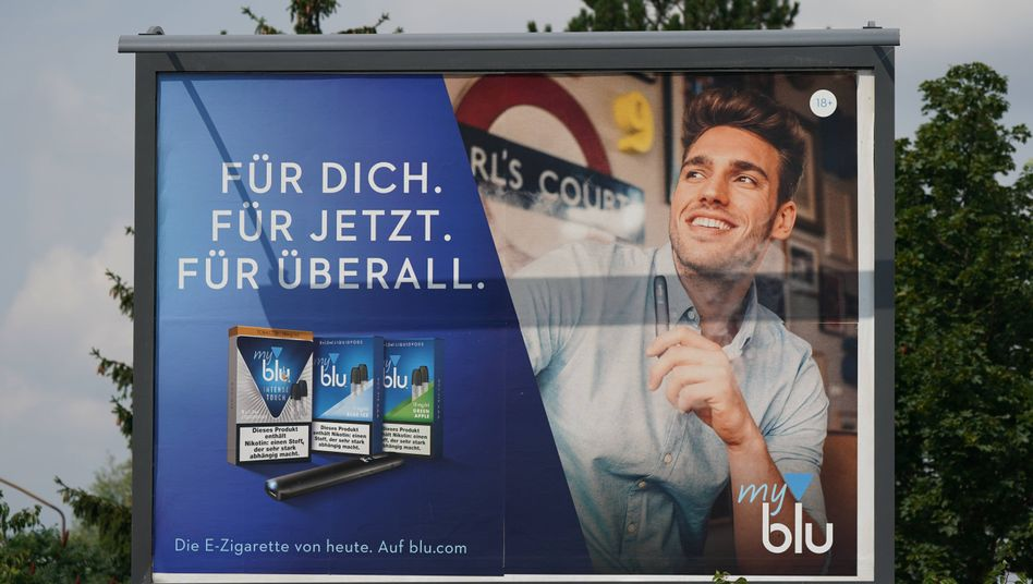 Großflächiges Plakat mit E-Zigaretten-Werbung in Leipzig