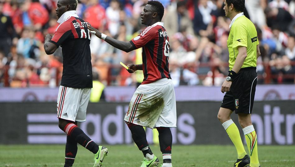 Milan-Profis Balotelli (l.), Muntari: Verwarnung unter Teamkollegen