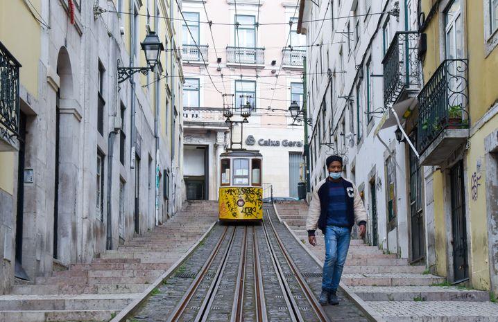 Die weltberühmte gelb-weiße Standseilbahnen von Lissabon fährt derzeit noch mit deutlich weniger Gästen durch die Altstadt