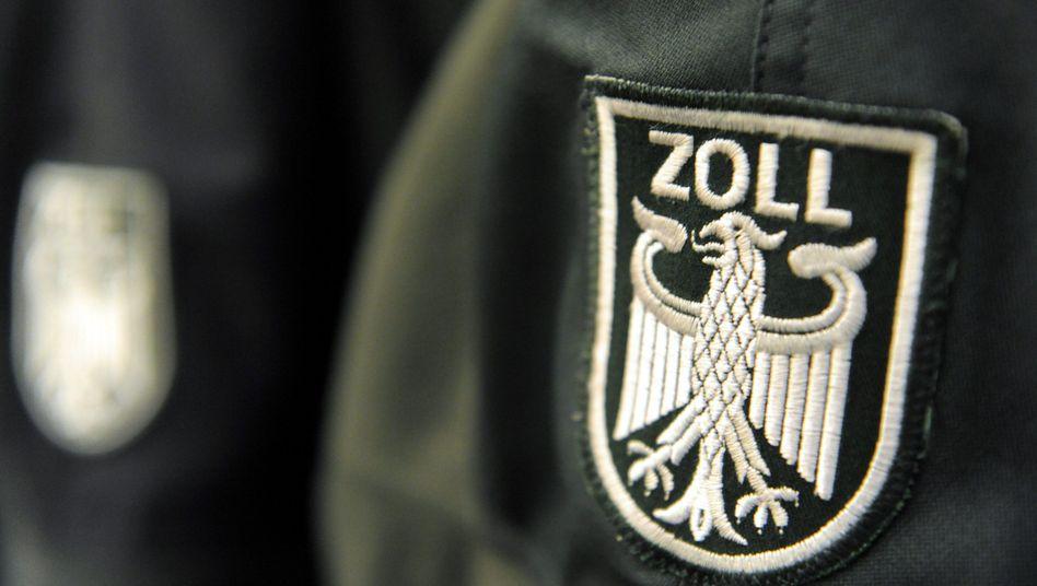 Ein Zollwappen an einer Uniformjacke