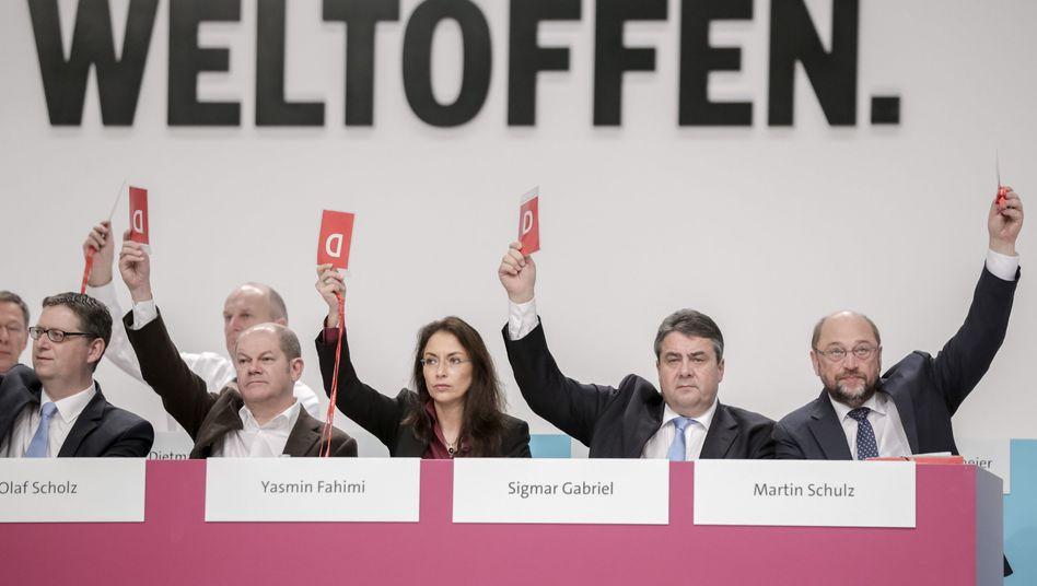 SPD-Spitzenpolitiker mit Sigmar Gabriel (2.v.r.): Unterstützung für Verhandlungen der umstrittenen transatlantischen Handelsabkommen