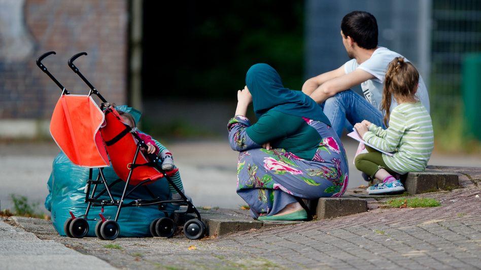 Ankunft in Deutschland: Flüchtlinge auf dem Hof einer ehemaligen Schule in Hamburg