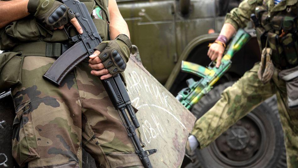 Pro-russische Rebellen mit Gewehren in Donezk: Bericht von hundert gefallenen russischen Soldaten in der Ostukraine